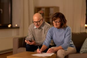 Show old couple calculating their social security benefits
